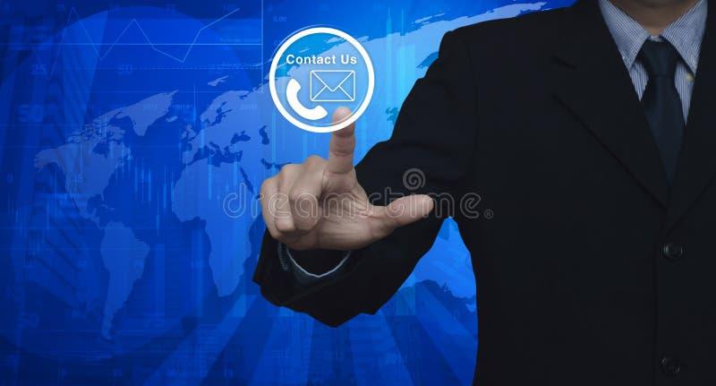 El hombre de negocios que presiona el icono del teléfono y del correo abotona sobre mapa y ilustración del vector