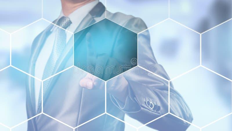 El hombre de negocios que presiona en la pantalla digital, negocio conten fotos de archivo libres de regalías