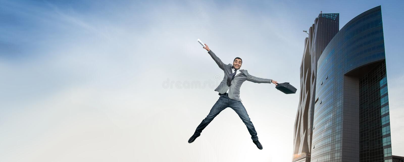 El hombre de negocios que salta en alegría foto de archivo libre de regalías