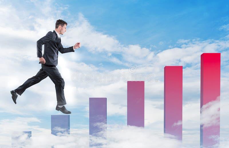 El hombre de negocios que salta en un gráfico del crecimiento fotografía de archivo