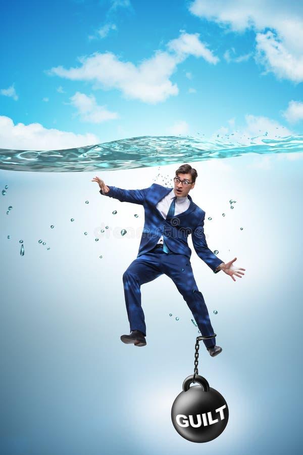 El hombre de negocios que se ahoga bajo carga del pecado y de la culpabilidad fotografía de archivo