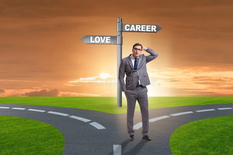 El hombre de negocios que tiene opci?n dura entre el amor y la carrera imagen de archivo libre de regalías