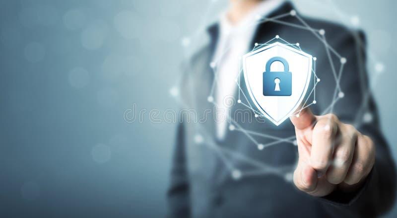 El hombre de negocios que toca el escudo protege el icono, seguridad cibernética del concepto foto de archivo libre de regalías