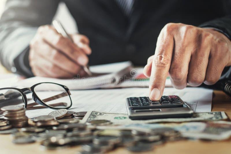 el hombre de negocios que trabaja en oficina usando el calculor para calcula finanzas foto de archivo
