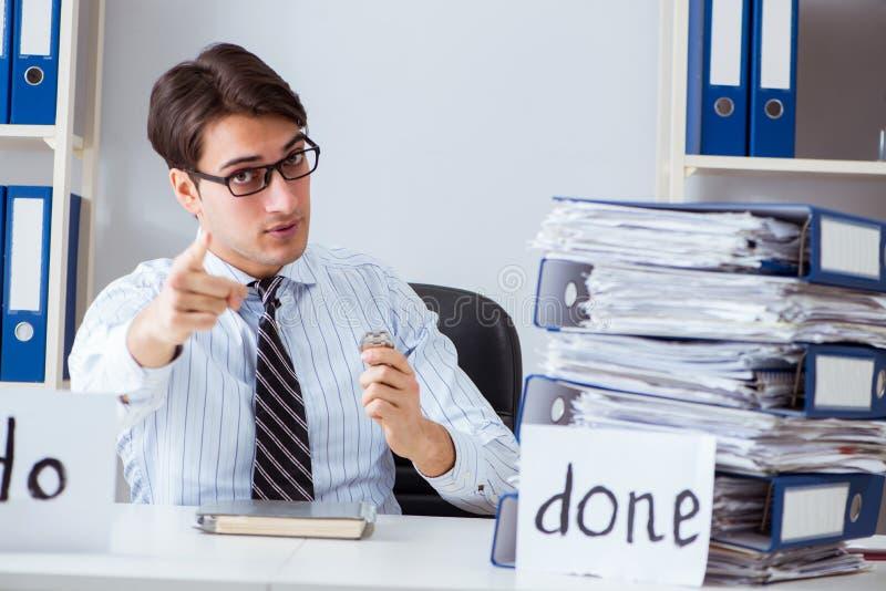 El hombre de negocios que trabaja en su lista de lío imagen de archivo libre de regalías