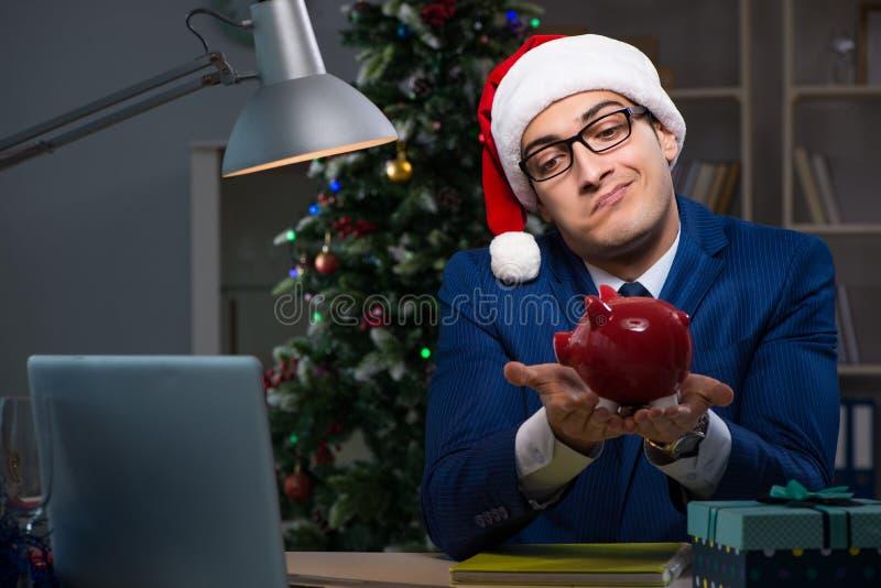 El hombre de negocios que trabaja tarde el día de la Navidad en oficina imagen de archivo libre de regalías
