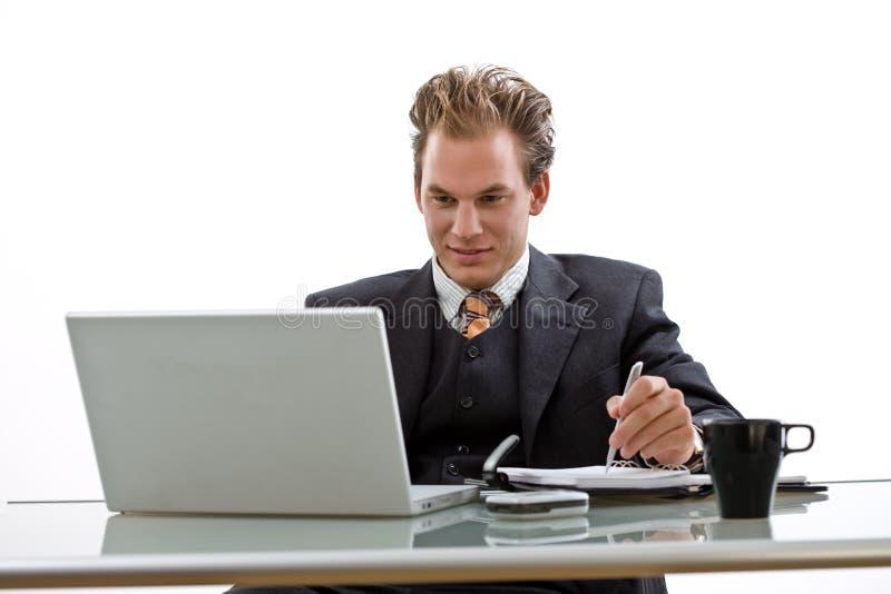 El hombre de negocios que trabajaba en la computadora portátil aisló fotografía de archivo