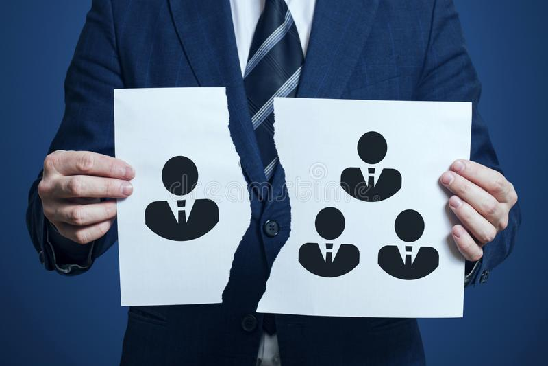 El hombre de negocios rasgó un trozo de papel como símbolo del desacuerdo en el equipo Despido de un miembro de equipo El hombre  fotografía de archivo
