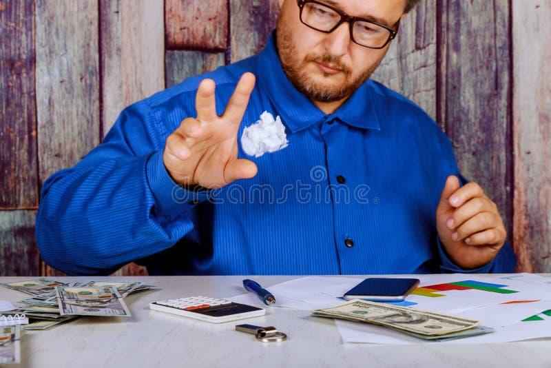 El hombre de negocios rompe un documento en su oficina foto de archivo libre de regalías