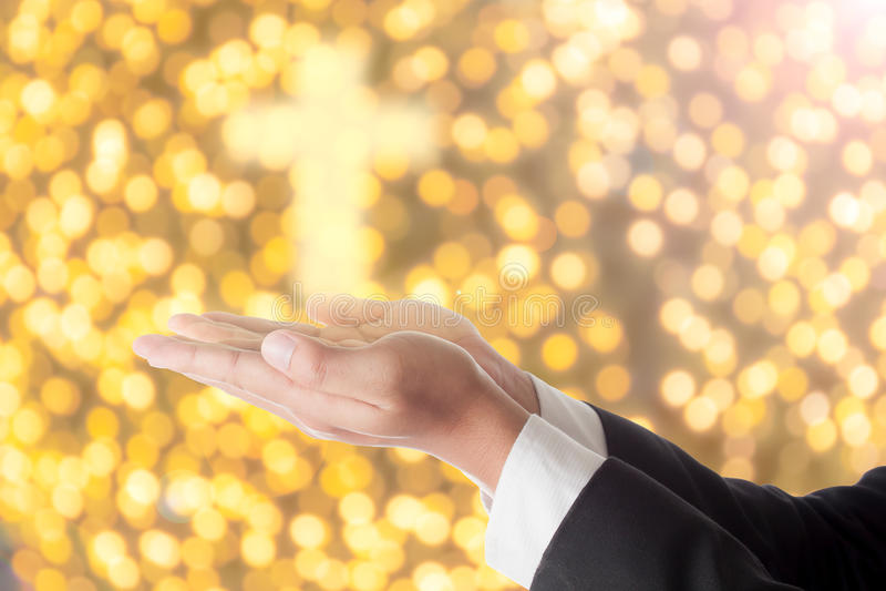 El hombre de negocios ruega con la luz cruzada foto de archivo libre de regalías