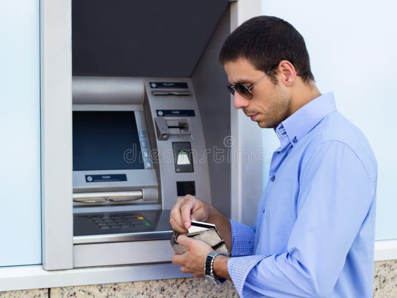 El hombre de negocios saca una tarjeta de crédito fotos de archivo libres de regalías