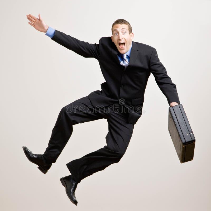 El hombre de negocios salta en el aire fotos de archivo