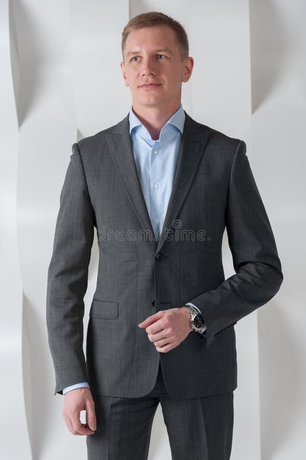 El hombre de negocios se coloca en interior urbano moderno de la oficina fotografía de archivo