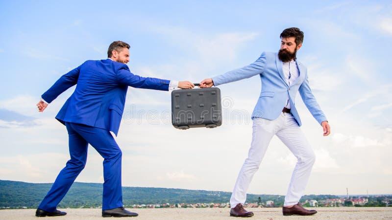 El hombre de negocios se lleva la cartera de socio comercial Cartera de la entrega de los trajes de los hombres Extortionist del  fotos de archivo