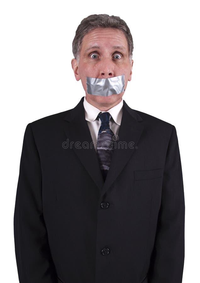 El hombre de negocios silenció la cinta del conducto sobre la boca, silencio fotografía de archivo
