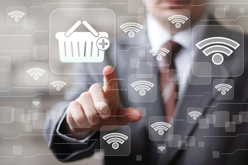 El hombre de negocios social de Wifi de la red presiona el icono de las compras del botón del web imágenes de archivo libres de regalías