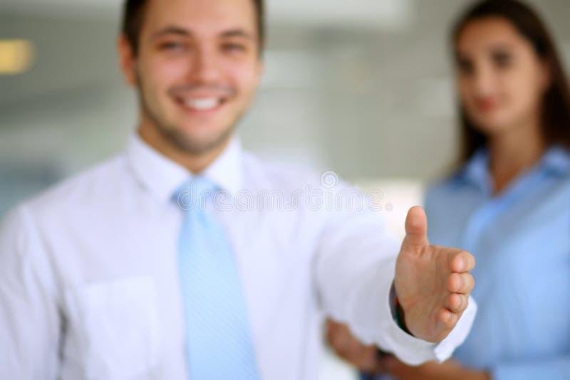 El hombre de negocios sonriente está listo para el apretón de manos foto de archivo libre de regalías