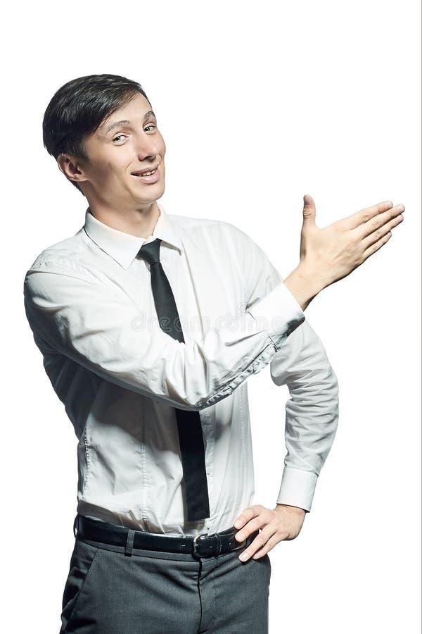 El hombre de negocios sonriente joven muestra algo fotos de archivo