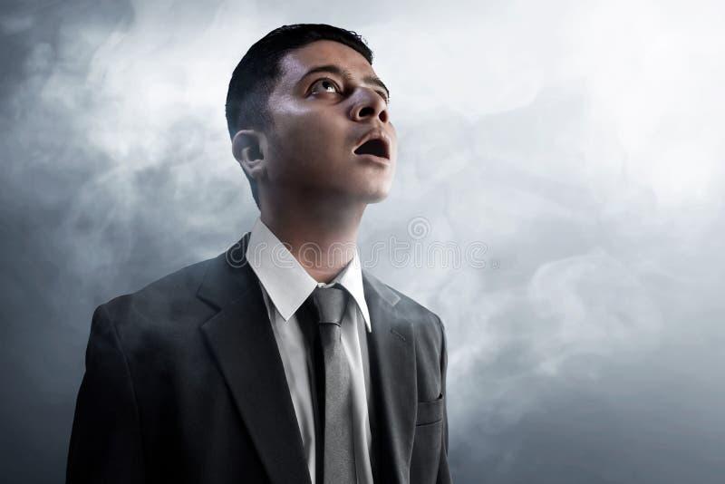 El hombre de negocios sorprende en fondo del humo fotografía de archivo libre de regalías
