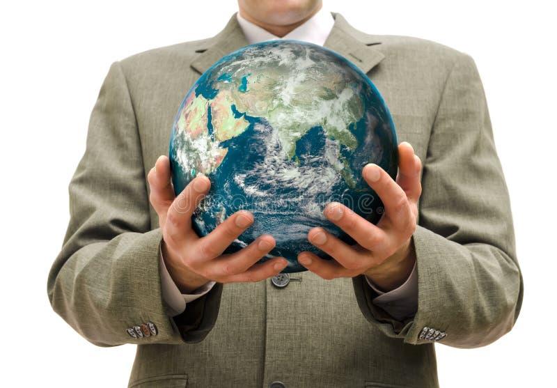 El hombre de negocios sostiene a disposición del planeta aislado imagen de archivo libre de regalías