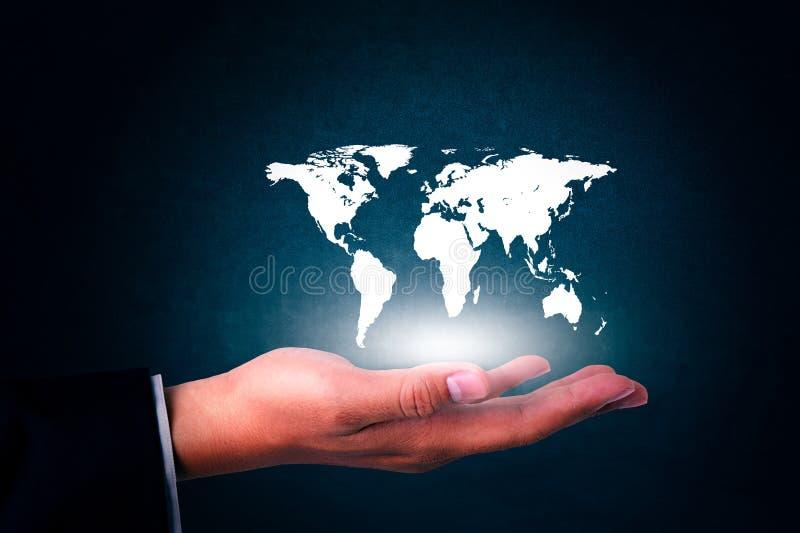 El hombre de negocios sostiene el mapa del mundo disponible en blanco fotografía de archivo