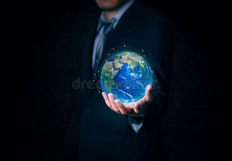 El hombre de negocios sostiene la tierra del mundo disponible en fondo fotos de archivo
