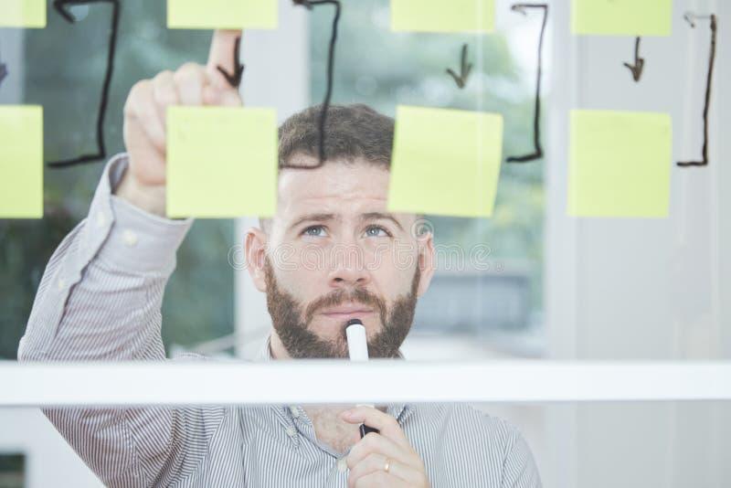 El hombre de negocios sube con una estrategia empresarial fotografía de archivo