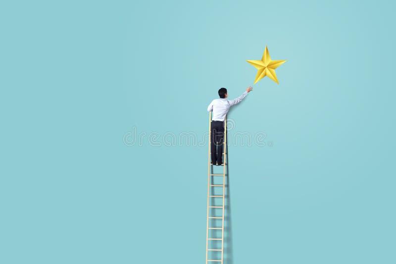 El hombre de negocios sube para arriba en escalera para alcanzar concepto de la estrella, acertado y del triunfo imágenes de archivo libres de regalías
