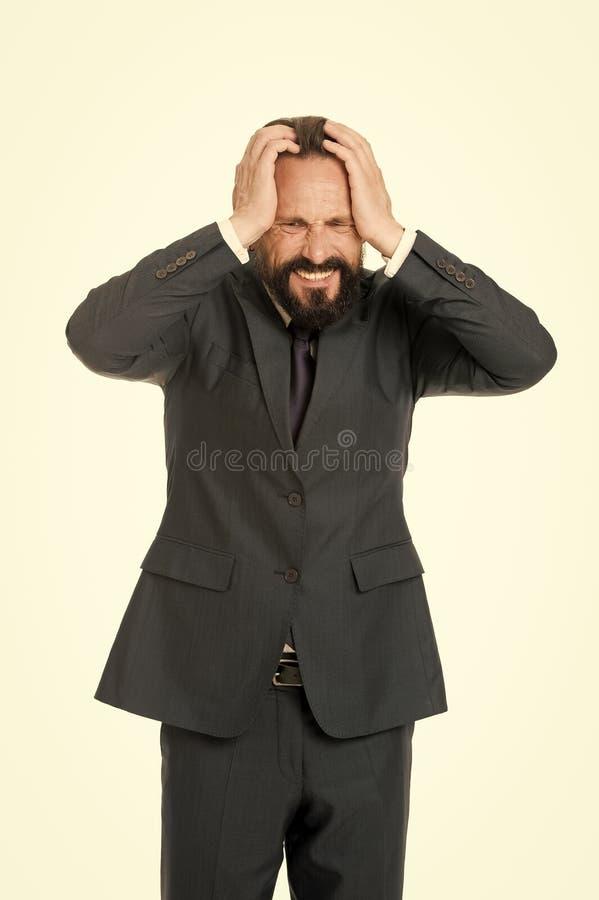 El hombre de negocios sufre la cabeza de la mano del control del dolor de cabeza mientras que el fondo blanco del soporte D?a ago foto de archivo libre de regalías