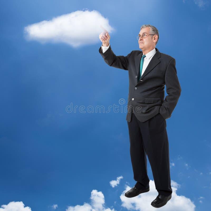El hombre de negocios trabaja con el ordenador de la nube imagen de archivo