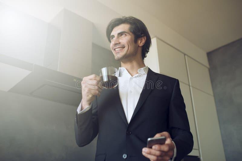 El hombre de negocios trabaja con su smartphone en casa fotografía de archivo libre de regalías