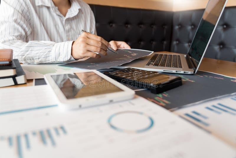 El hombre de negocios de trabajo, el equipo de agente o los comerciantes que hablan de divisas en las pantallas de ordenador m?lt imagen de archivo libre de regalías
