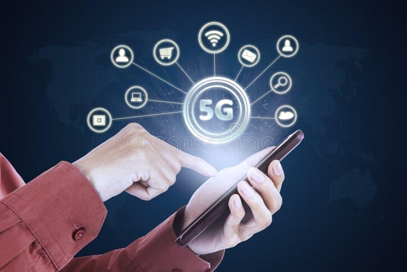 El hombre de negocios utiliza un teléfono con símbolo de la red 5G fotos de archivo libres de regalías
