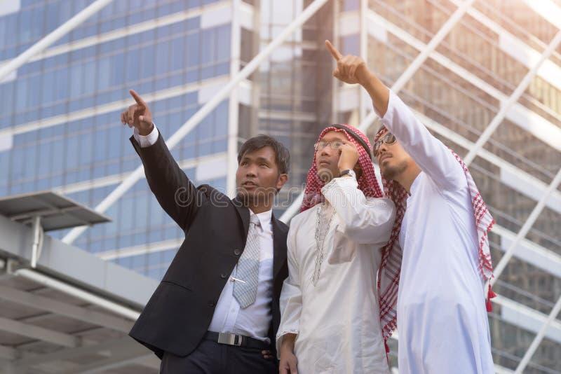 El hombre de negocios y el soporte árabes del hombre de negocios hablan, trabajando juntos foto de archivo