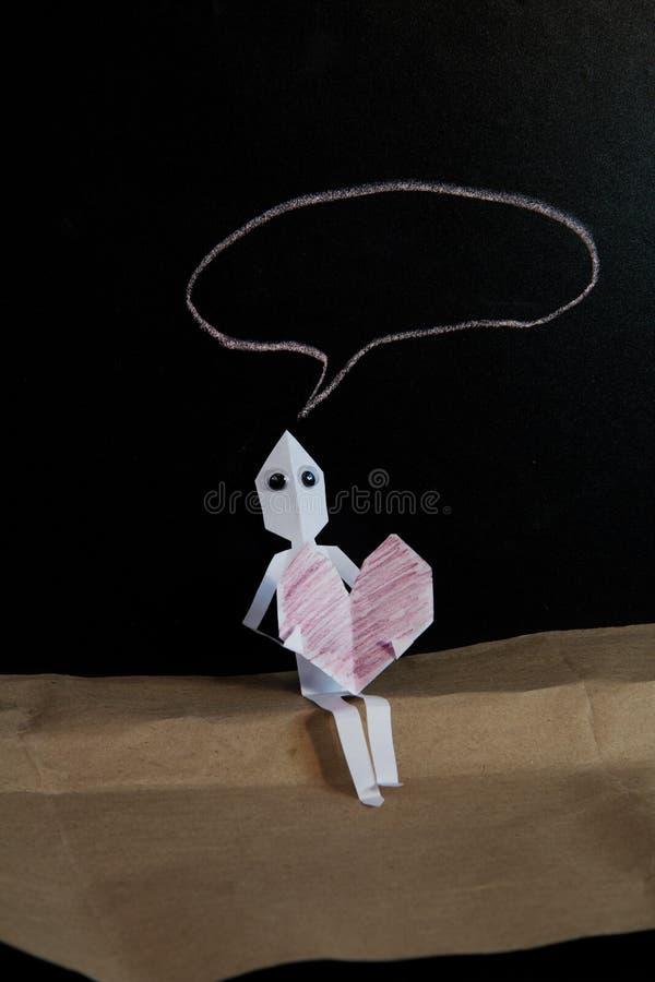 El hombre de papel en amor dice fotografía de archivo libre de regalías