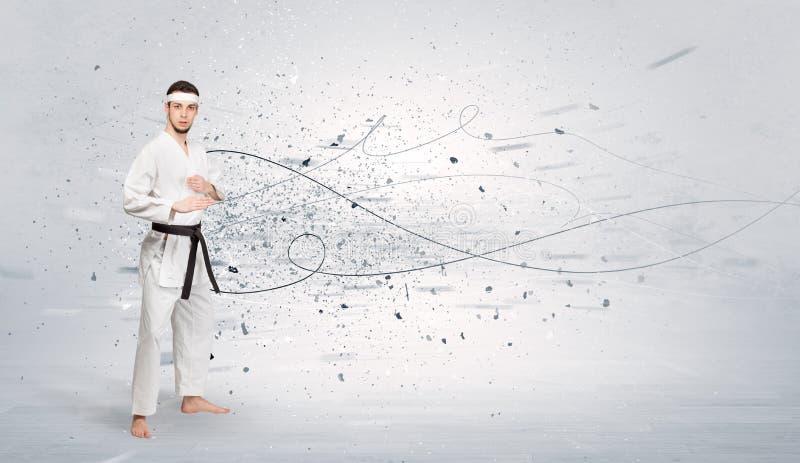 El hombre del karate que hace karate engaña con concepto caótico foto de archivo