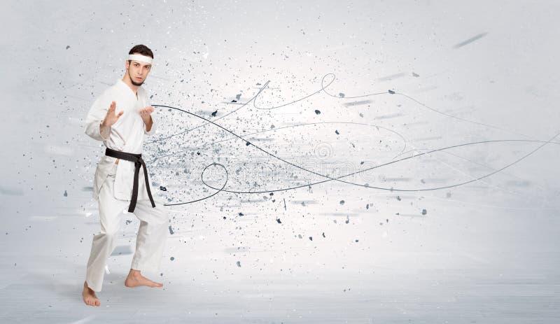 El hombre del karate que hace karate engaña con concepto caótico imágenes de archivo libres de regalías