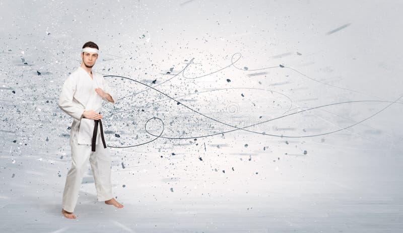 El hombre del karate que hace karate engaña con concepto caótico imagen de archivo