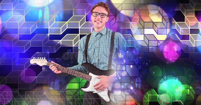 El hombre del músico que toca la guitarra con el partido geométrico enciende la atmósfera del lugar foto de archivo libre de regalías