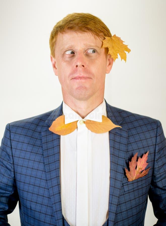 El hombre del pelirrojo está consiguiendo listo para la venta del otoño Gente feliz del otoño Venta para la colección entera del  fotos de archivo