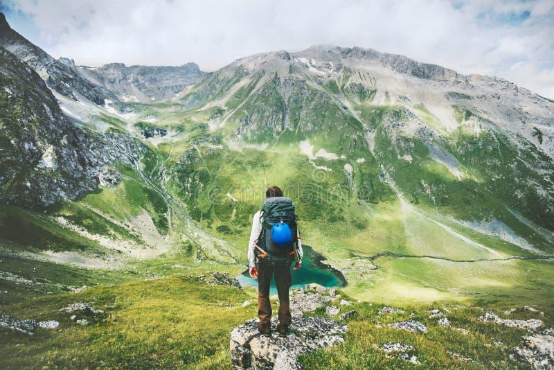 El hombre del viajero que camina solamente en montañas se aventura forma de vida activa fotografía de archivo libre de regalías