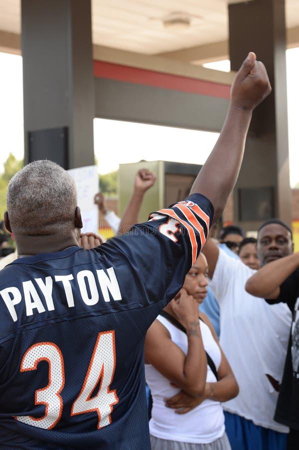 El hombre demuestra en Ferguson Missouri fotografía de archivo libre de regalías