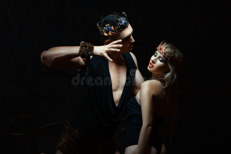 El hombre detiene a la muchacha apasionado fotos de archivo