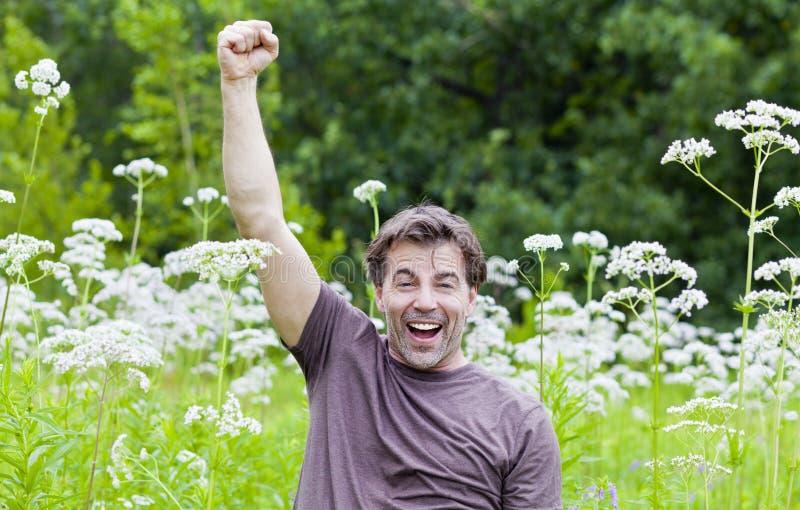 El hombre disfruta del verano imagen de archivo libre de regalías