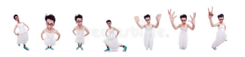 El hombre divertido que lleva en el vestido de la mujer aislado en blanco imagen de archivo