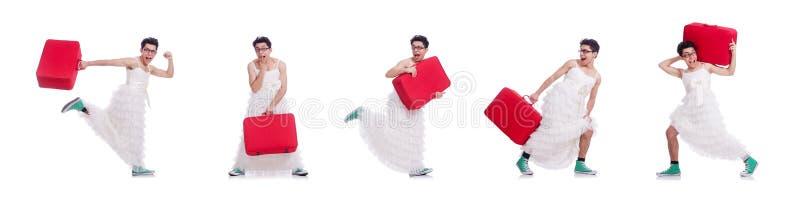 El hombre divertido que lleva en el vestido de la mujer que se prepara de vacaciones aislado en blanco imágenes de archivo libres de regalías