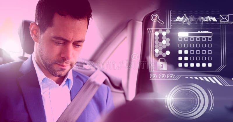 El hombre en coche autónomo driverless con las cabezas para arriba exhibe el interfaz foto de archivo