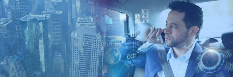 El hombre en coche autónomo driverless con las cabezas para arriba exhibe la transición del interfaz y de la ciudad foto de archivo libre de regalías