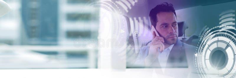 El hombre en coche autónomo driverless con las cabezas para arriba exhibe la transición del interfaz y del edificio fotos de archivo libres de regalías