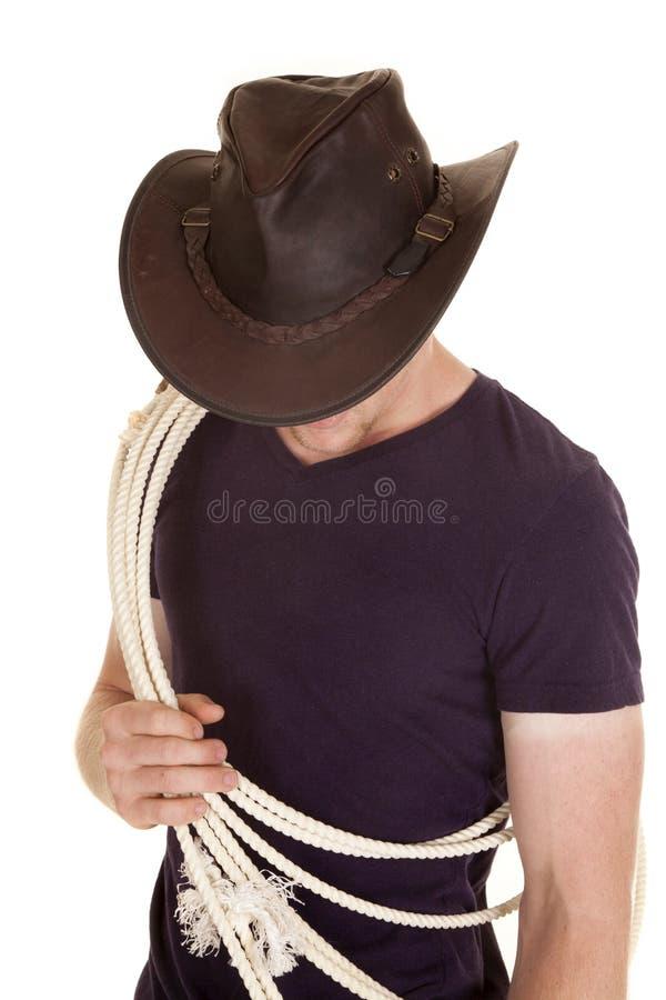 El hombre en cuerda púrpura del sombrero de la camisa mira abajo fotos de archivo